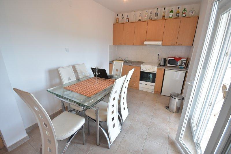 Sala de jantar e cozinha no Alto Apartment. Portas abrem para o Superior Varanda.