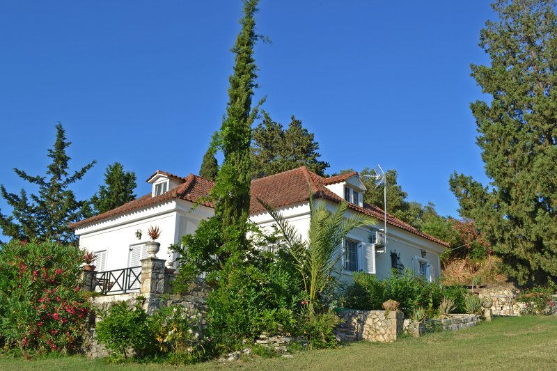 Elegant Villa, now with brand NEW Shared POOL - Ideal for relaxing Holidays! – semesterbostad i Kalliteros