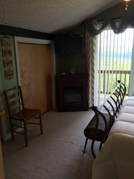 Segunda planta dormitorio principal con televisión y chimenea