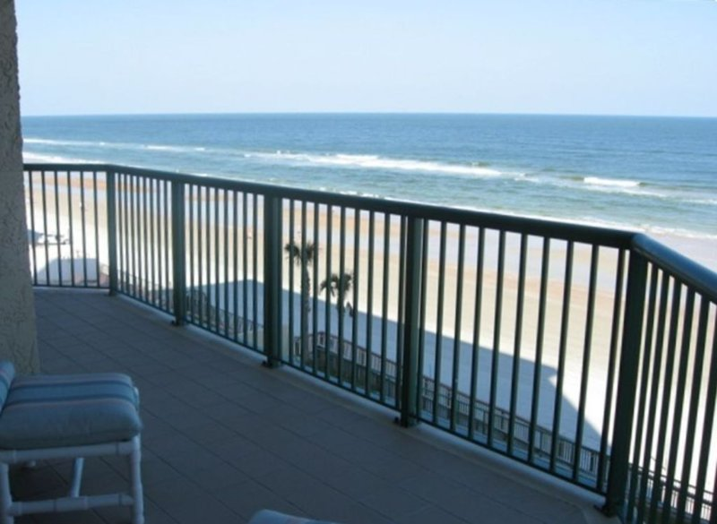 Luxurious Beachfront W/ Jacuzzi Tub. Ocean Views! DTT #1108, location de vacances à Daytona Beach Shores