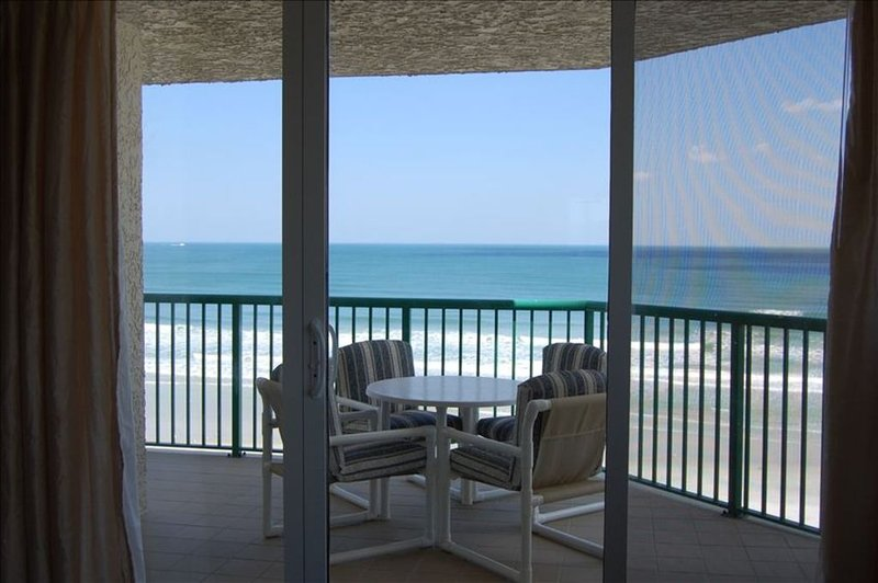Luxurious Direct Oceanfront w/ Jacuzzi Tub! DTT #708, location de vacances à Daytona Beach Shores