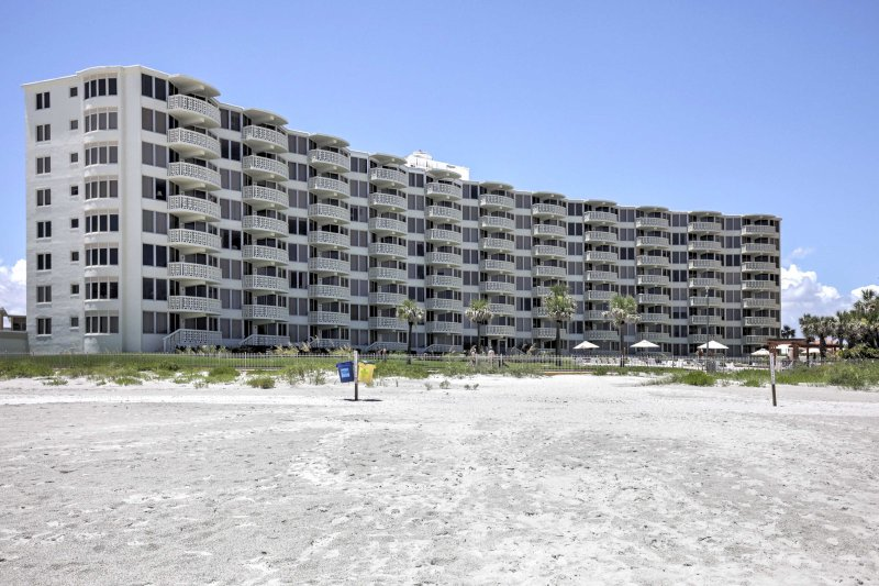 The condo is directly located on New Smyrna Beach!