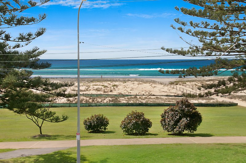 Kirra Vista Apartments Unit 18 - Right on the Beach in Kirra with free Wi-Fi, vacation rental in Tallebudgera