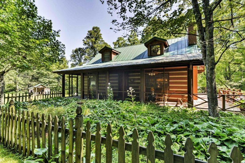 Black Mountain Cabin w/Screend Porch & Scenic View, vakantiewoning in Bat Cave