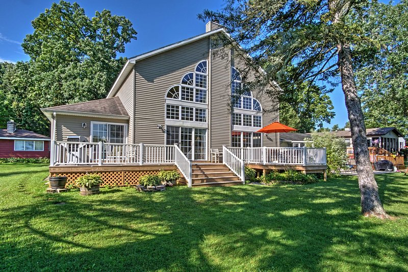 Waterfront Vandalia House w/ Dock on Donnell Lake!, casa vacanza a Middlebury