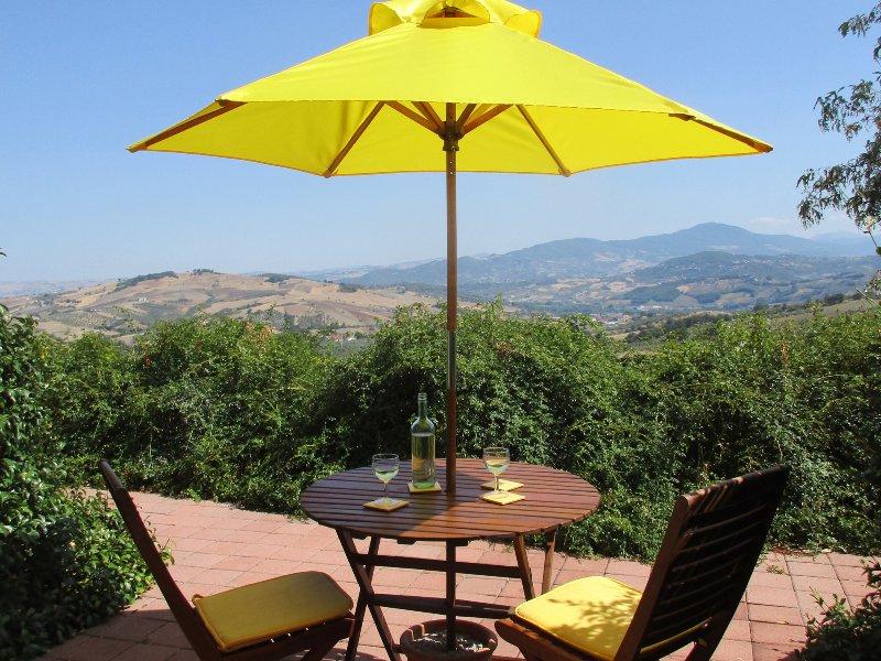 Uw eigen prive-ruimte buiten de deur te zitten met een glas wijn en drankje in het uitzicht ...
