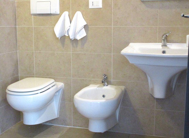 Uw schone, moderne, betegelde badkamer (met een walk-in douchewand ook!)