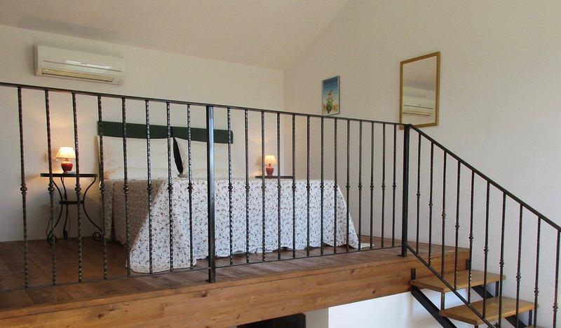 Er is een kingsize bed op galerijen, met airconditioning mezzanine van uw villa.