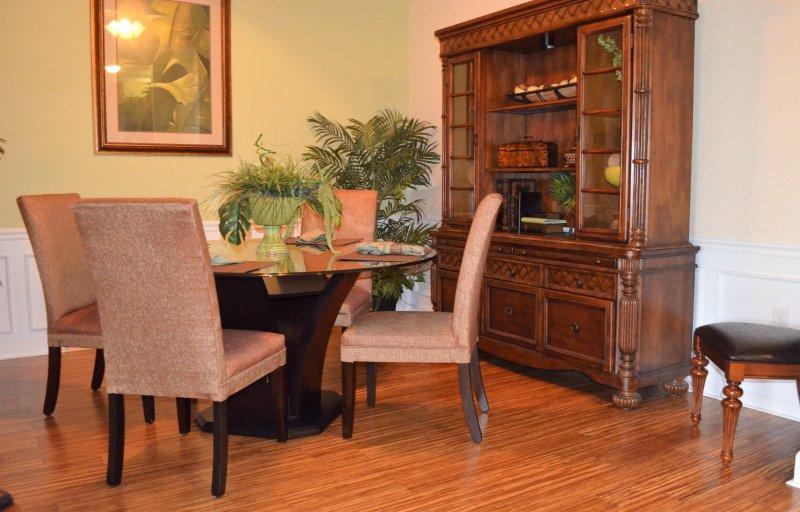Eetkamer met zes stoelen (twee stoelen niet getoond)