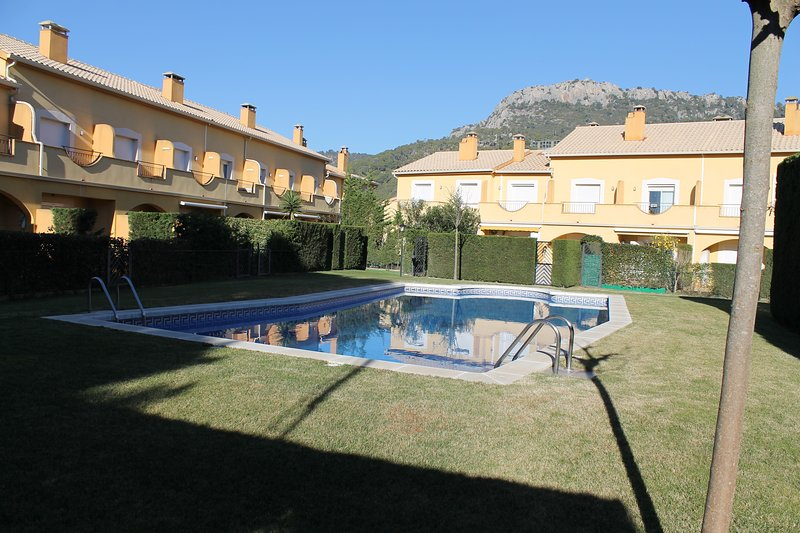 CASA ADOSADA CON PISCINA COMUNITARIA, vacation rental in L'Estartit