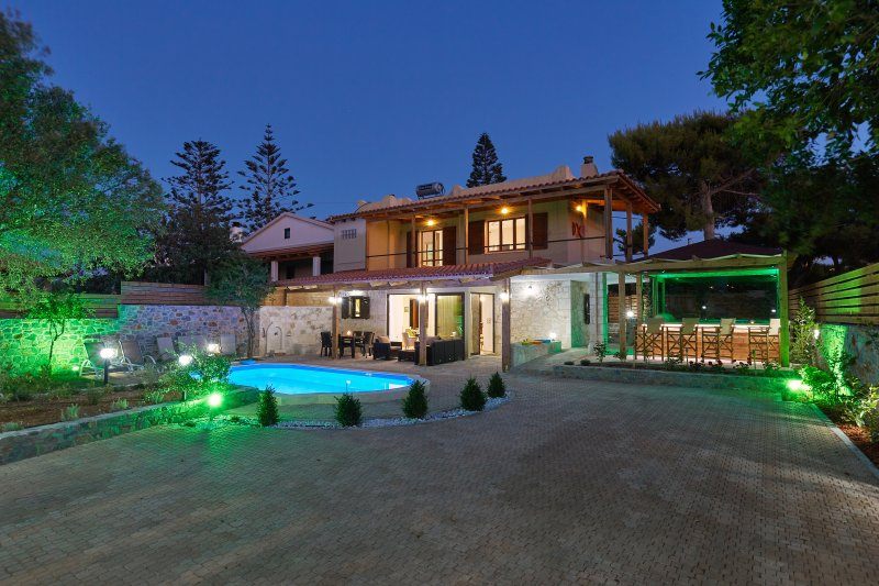 Villa Feronia-Your ideal holiday in Hersonissos  with a private pool & jacuzzi., location de vacances à Chersonisos