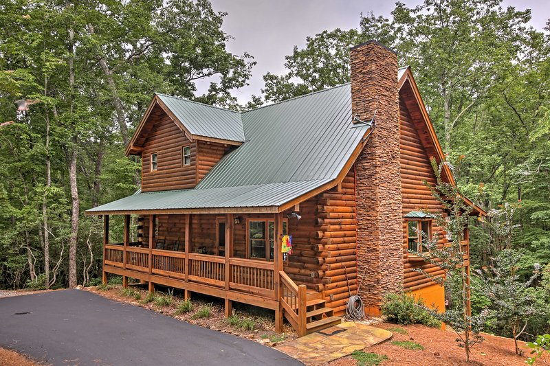 Escape to the North Georgia mountains in comfort at this vacation rental cabin.