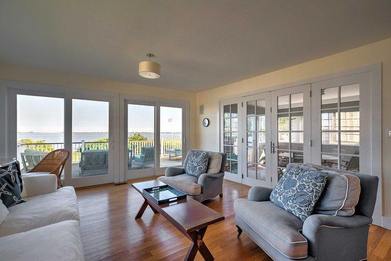 Se fram emot fantastisk utsikt över Shinnecock Bay från screening-in uteplats och egen balkong!