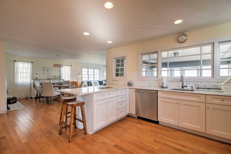 Detta eleganta hem har snygga trägolv och elegant inredning.