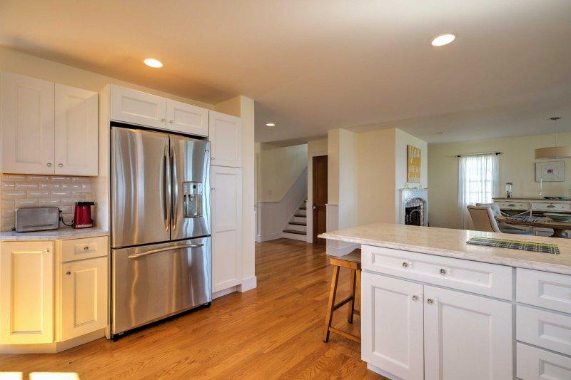 Det renoverade köket har rostfria vitvaror, uppdaterade diskar och elegant kakel.