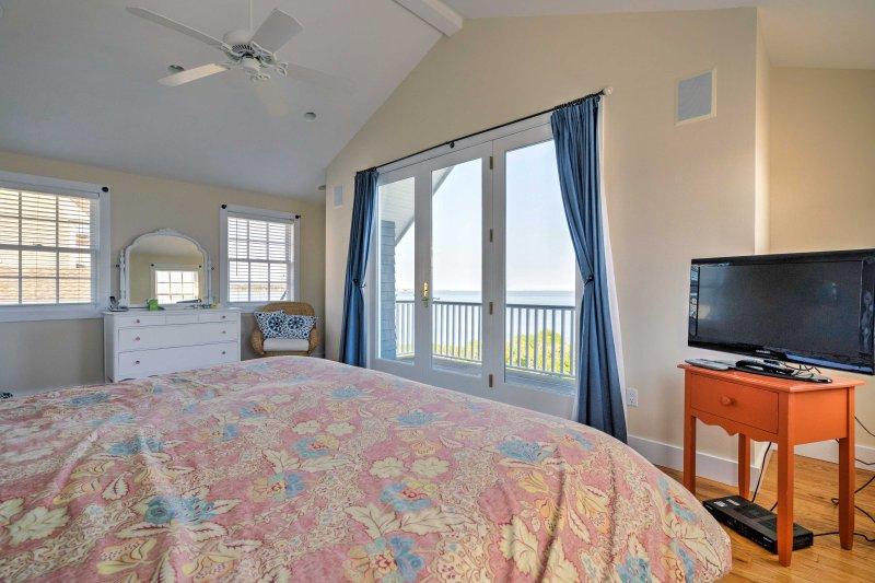 En promenad ut skjutdörr leder till en privat balkong i sovrummet.
