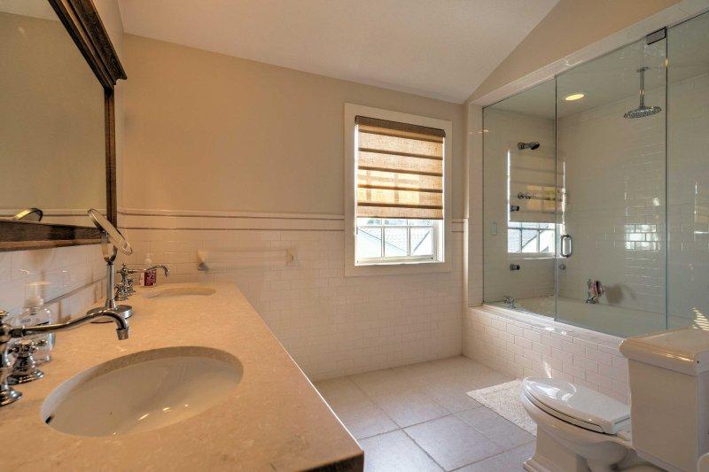 Ta ett uppfriskande bad i badkar / dusch combo.