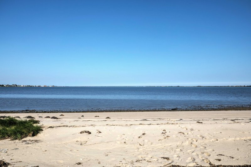 ¡Estás a solo unos pasos de hundir los dedos de tus pies en la arena, en la playa de Shinnecock Bay!