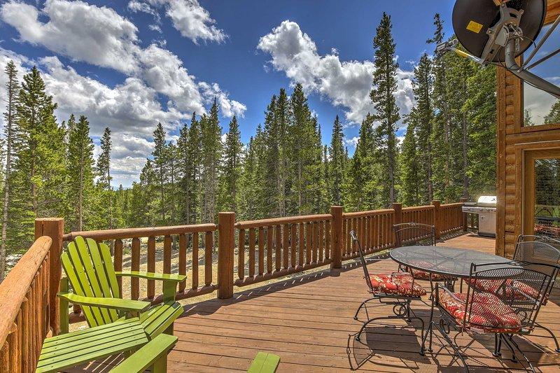 La maison dispose d'une terrasse spacieuse, meublée avec une vue paisible de la nature.
