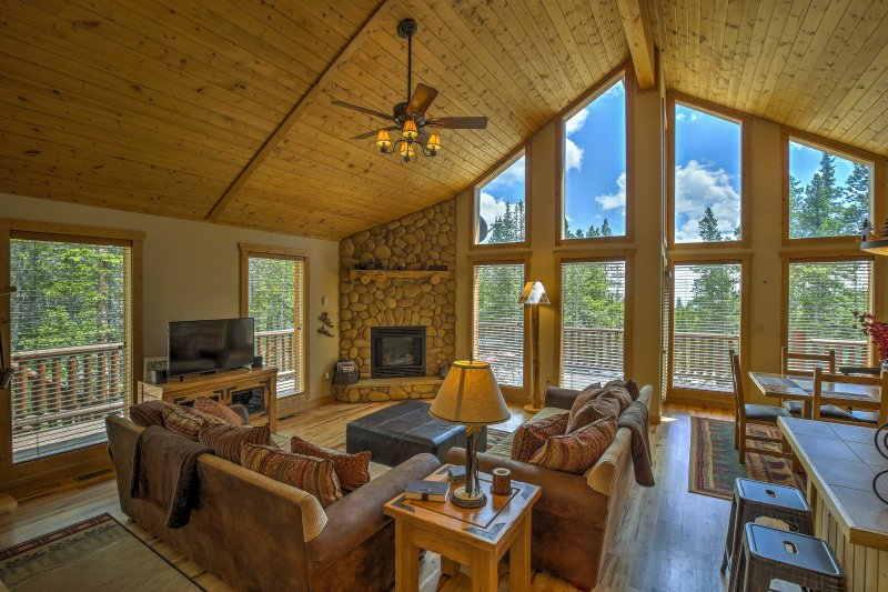 Log Cabin in the Woods w/Game Room & Mtn-View Deck, alquiler de vacaciones en Alma