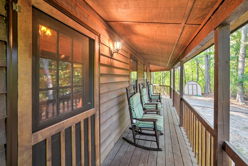Private Ellijay Cabin w/Deck, Fire Pit & Amenities, holiday rental in Ranger
