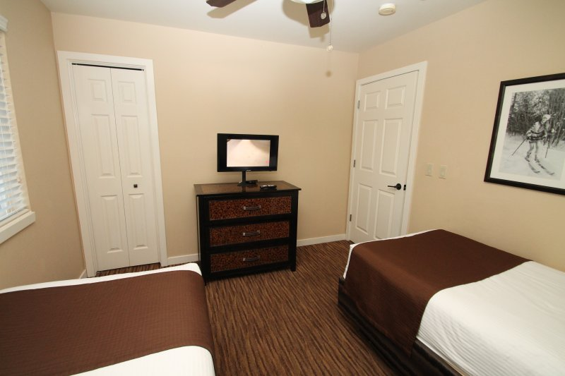 2nd bedroom with view of TV.