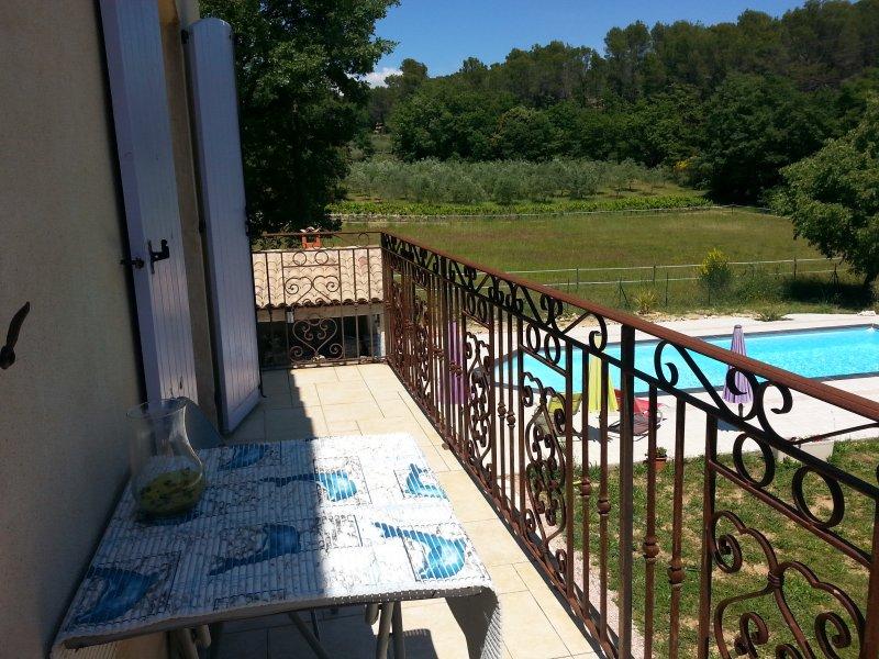 Balcón con vistas a la piscina y jardín