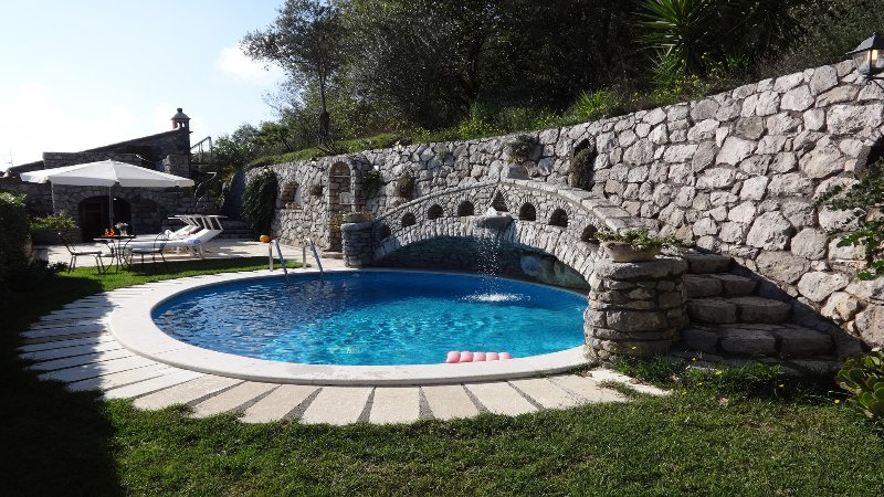 Private pool with hydromassage, solarium and garden at villa located in sant'agata of massa lubrense