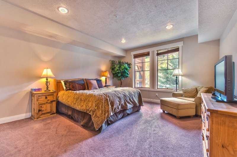 Slaapkamer 1 met kingsize bed, TV / DVD en eigen badkamer