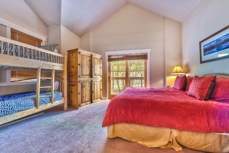 Slaapkamer 2 met kingsize bed, Twin / Twin stapelbed, tv, eigen terras en een eigen badkamer