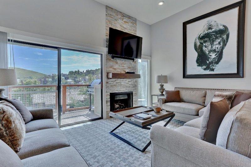 Neues Wohnzimmer mit 60-Zoll-HD-LED-Smart-TV, Sonos-Surround-Sound, Gaskamin, weichen Sitzgelegenheiten und privater Terrasse mit Grill
