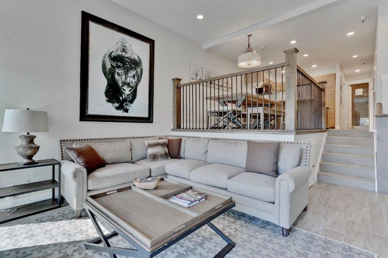 Neues Wohnzimmer mit 60-Zoll-HD-LED-Smart-TV, Sonos-Surround-Sound, Gaskamin, Plüschsitzen und privater Terrasse mit Grill