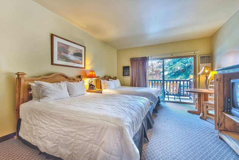 Studio with 2 Queen Beds, TV, Kitchen, Private Balcony