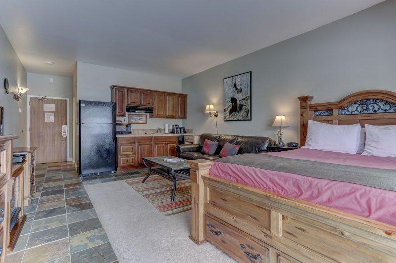 Estudio con 1 cama doble, TV de pantalla plana, cocina y patio privado