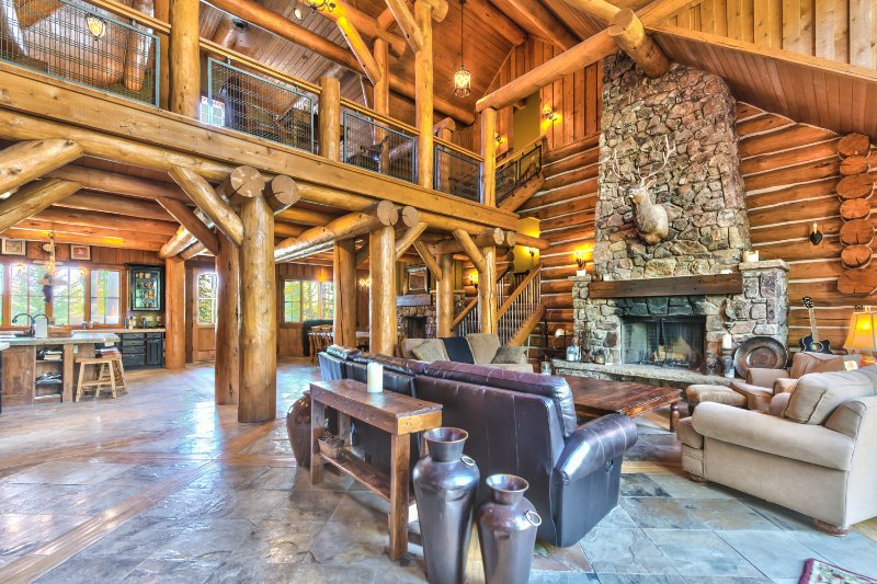 Grote woonkamer met open haard, groot terras met barbecue en een prachtig uitzicht