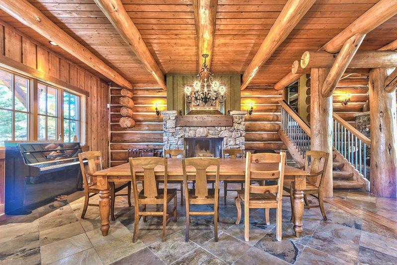 Salle à manger avec cheminée et des sièges pour 8