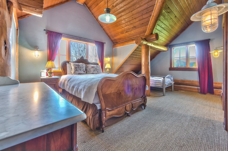 Chambre 2 au deuxième niveau avec une reine et un lit double et salle de bain privée