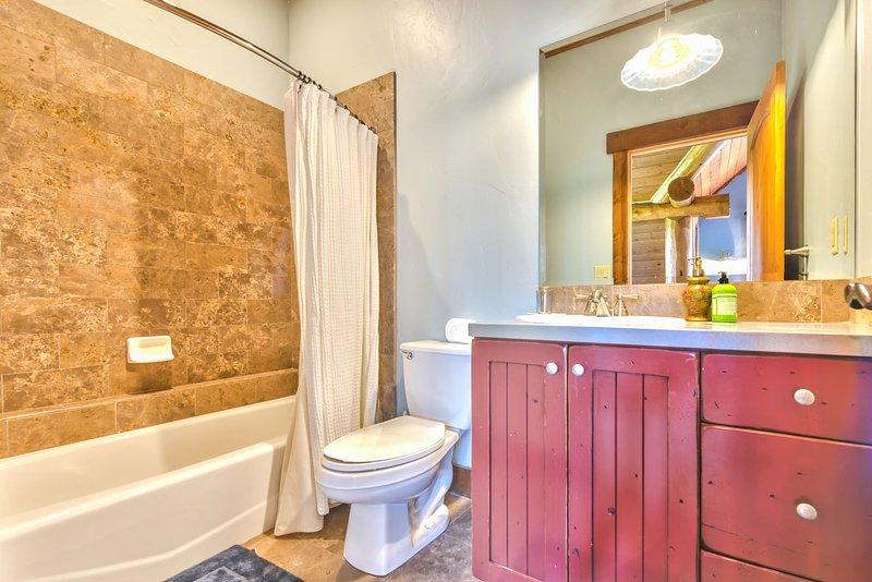 Chambre 2 Salle de bain privée avec baignoire / douche