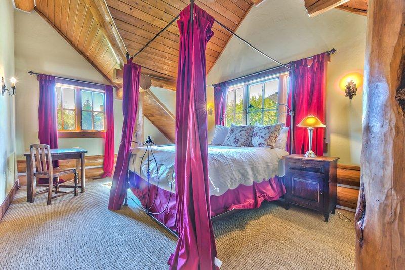 Chambre 3 au deuxième niveau avec un lit Queen et salle de bain privée