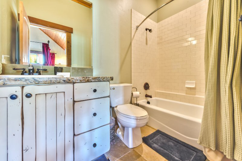 Chambre 3 Salle de bain privée avec baignoire / douche