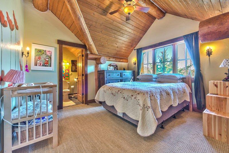 Chambre 4 au troisième niveau avec un lit Queen, table à langer et salle de bain privée