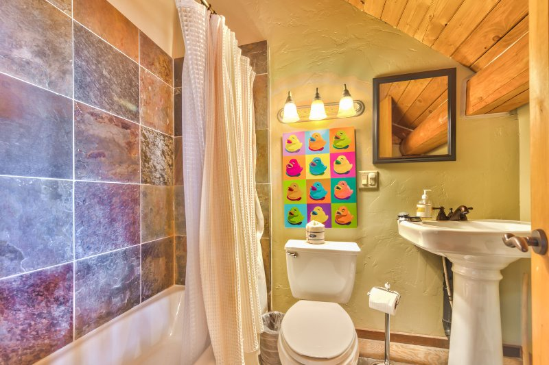 Chambre 4 Salle de bain privée avec baignoire / douche