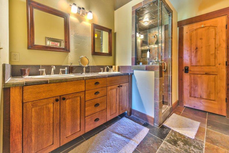 Chambre 5 Bain privé avec deux lavabos, bain à remous et douche en pierre