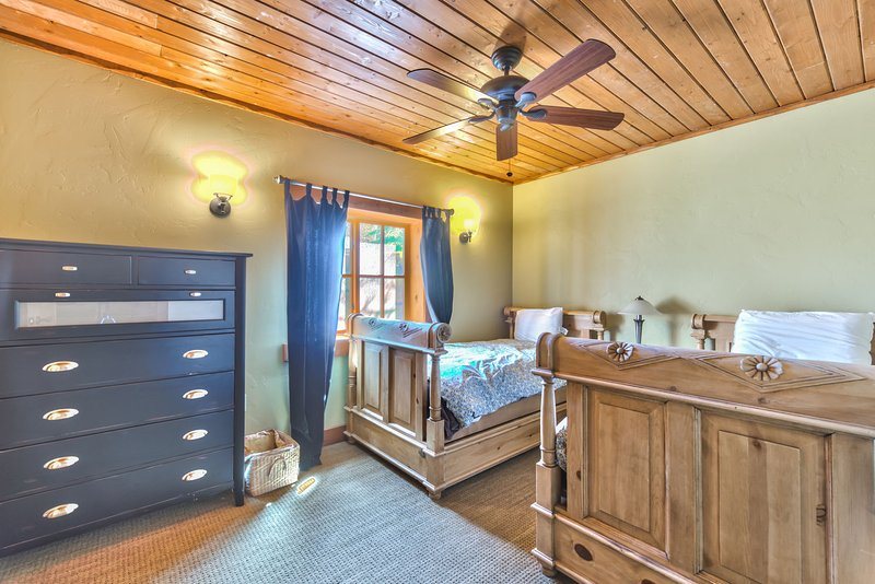 Chambre 6 sur le niveau Lowerr avec lits jumeaux et salle de bain commune