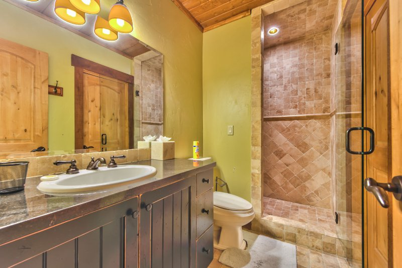Chambre de niveau inférieur 6 Salle de bains commune avec douche en pierre