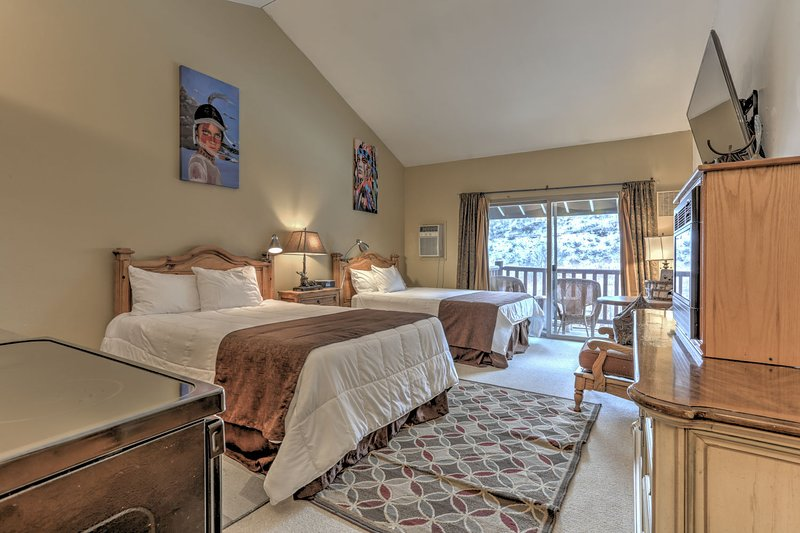 Studio with 2 Queen Beds, New Kitchen, 60 ' HD Smart  TV, DVD,  Fireplace, Private Balcony