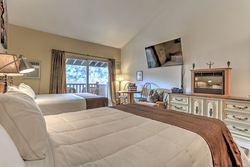 Studio with 2 Queen Beds, New Kitchen, 60 'HD Smart  TV, DVD,  Fireplace, Private Balcony