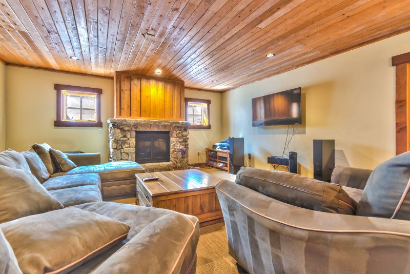 """Chambre familiale au rez-de-chaussée avec foyer au gaz, TV / DVD / son surround 55 """", kitchenette avec bar et mobilier confortable"""