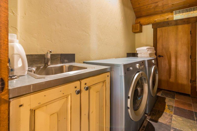 Salle de lavage à l'étage supérieur avec chargement frontal laveuse / sécheuse