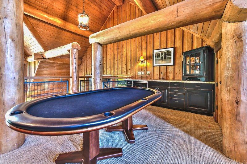 Loft Game Room Table de poker et bar humide